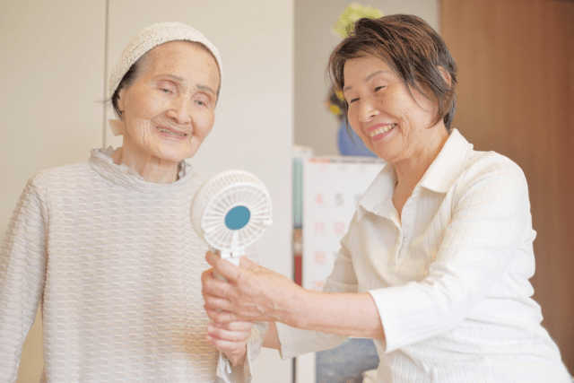独居、高齢夫婦では日常生活が難しいため介護付き住宅の方が安心
